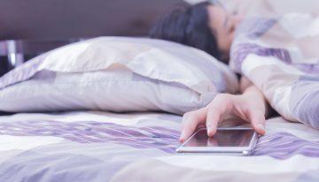 Uyurken telefonla aranızdaki mesafe uzak olsun!